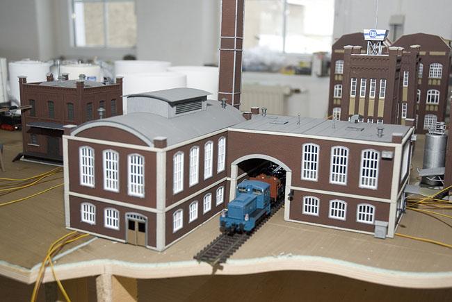 Eine industrielok zieht einen säuretopfwagen durch die durchfahrt